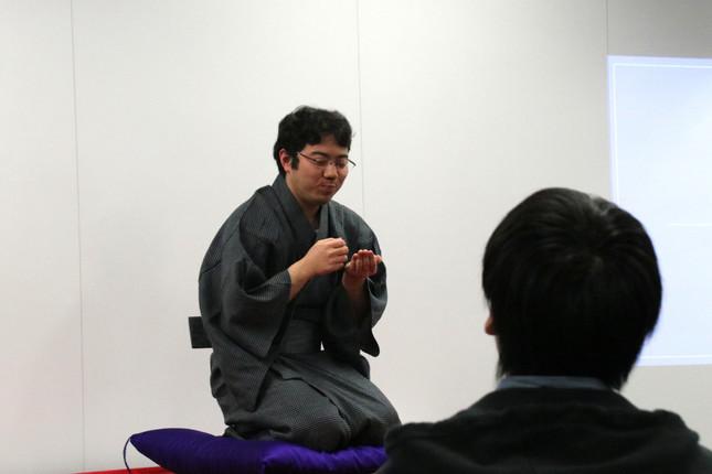 所作がうまい!おいしそう! 「みそ豆」を披露した参加学生の松本高征さん