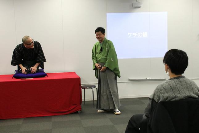 出来栄えにニッコリ! 「ケチの鰻」を披露した参加学生の杉本恭司さんと月亭方正さん