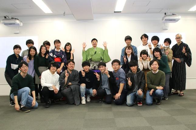 みんな笑顔で記念撮影(者受講生の皆さん、井藤元さん、月亭方正さん)