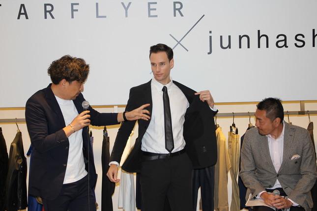 着用モデルを手で示しながらデザインの説明をする橋本氏