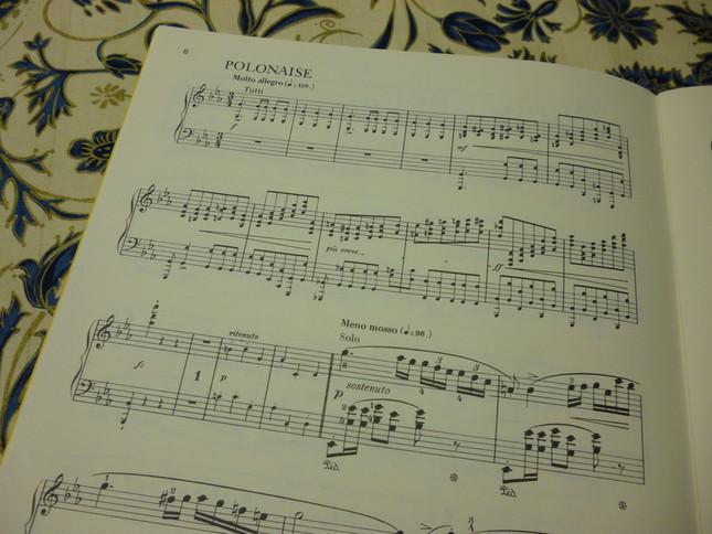 後半のポロネーズ部分、ピアノ独奏版の楽譜では、協奏曲版でオーケストラによって演奏される部分は小さな音符で記譜されている