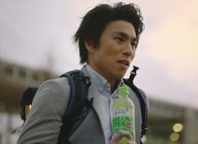「サントリー天然水 GREEN TEA」がGReeeeNとコラボ 主演・中尾明慶のMV公開