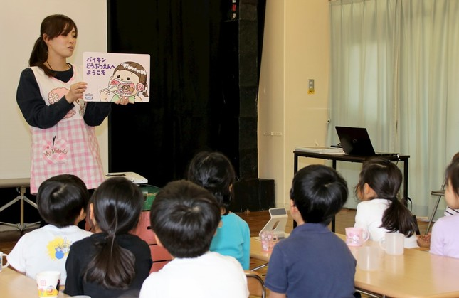 紙芝居「バイキンどうぶつえんへようこそ」を熱心に聞く園児たち