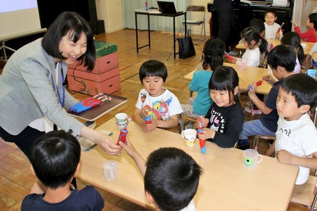 講師役のブラウン オーラルB・小川貴子さんが「すみずみクリーンキッズ」を園児たちに手渡し