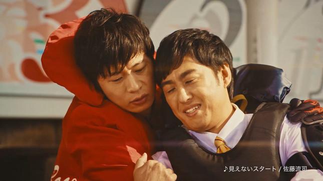 最後のシーンで、田中圭さん(左)と密着するロバート・山本博さん