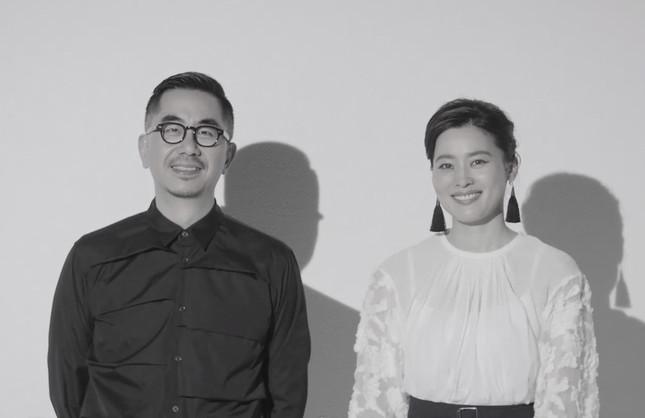 (左から)ヘンリー・ホー氏、女性書家・アーティストの紫舟氏