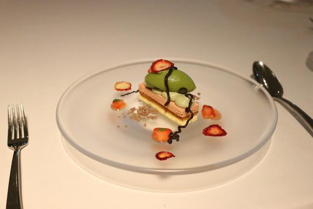 ディナーのデザート。ケーキの上に乗っているのはバジルのアイスクリーム。甘酸っぱいドライいちごがアクセント