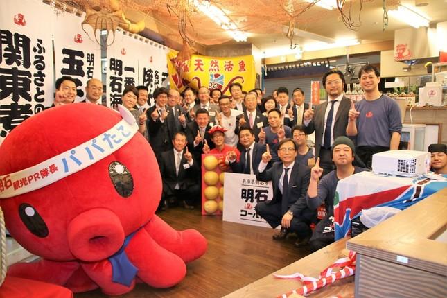 居酒屋「明石ニューワールド」1号店に集った関係者で記念写真