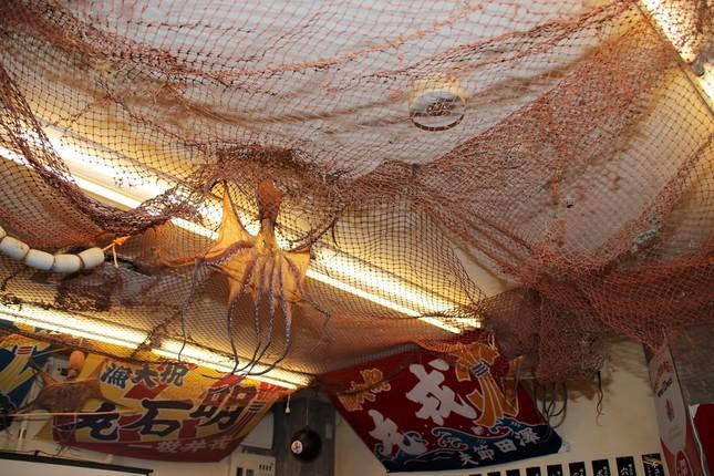 店内天井には漁網や、干しだこが
