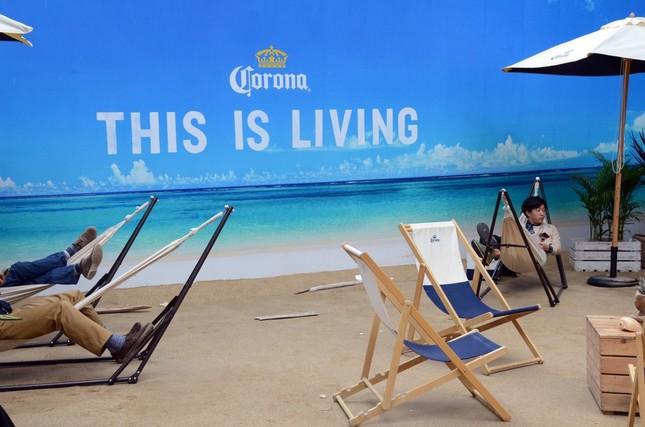 エメラルドグリーンの海には「THIS IS LIVING.」と書かれている