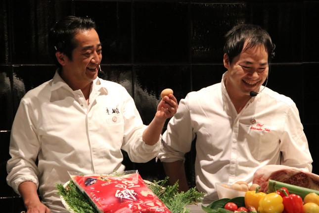 5月のメニューを考案した料理旅館「美山荘(みやまそう)」の中東久人さん(左)とレストラン「シンシア」の石井真介さん