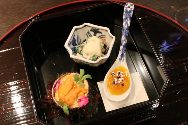前菜「土佐ジローの柔らかめに仕上げた卵黄味噌漬け(右下)、松の実とアンズの和え衣(中央上部)、雲丹と海老のムース(左下)」