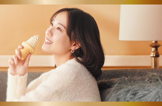戸田恵梨香さんがアイスをほおばる