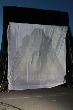 ロボットのイメージイラストが投射された白い幕