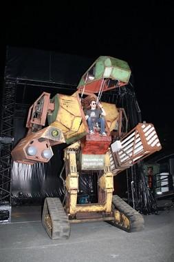 コクピットに乗る米・Megabots社代表のマット・オーレイン氏