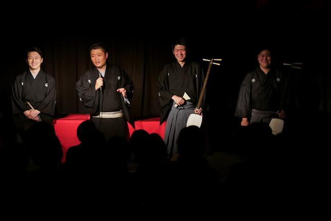 左側から杵屋佐喜さん、立川志の春さん、奏者のみなさん(Ph:二神慎之介)