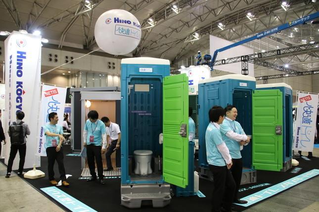 洋式仮設トイレの普及を目指す日野興業のブース