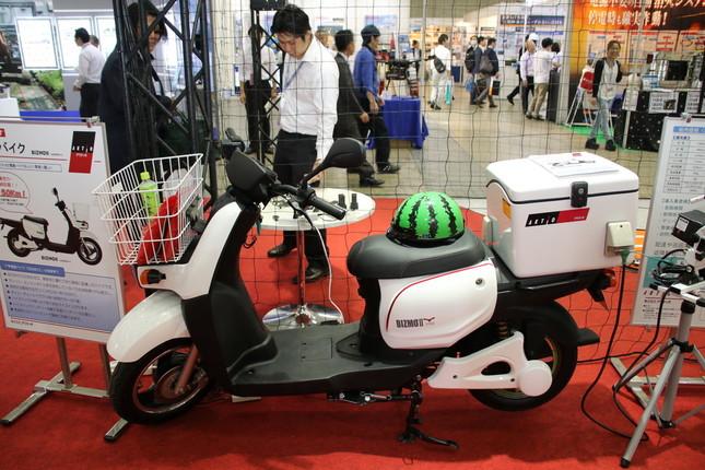 レンタル・リース大手のアクティオ社の業務用バイクにはスイカ柄のヘルメットが