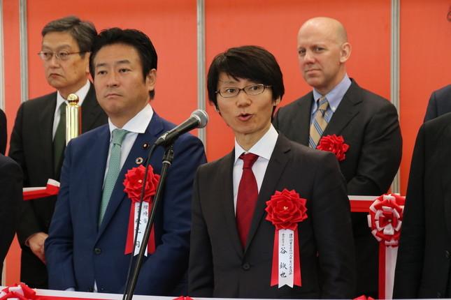主催者の谷鉄也氏(右)と環境省環境副大臣の秋元司氏(左)