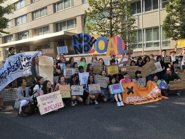 子どもたちも参加し、化石燃料の問題を訴えた