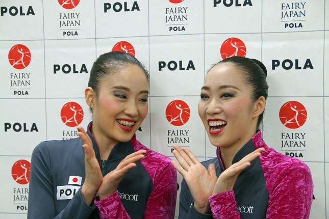 報道陣の取材に答えた杉本選手(右)と熨斗谷選手(左)