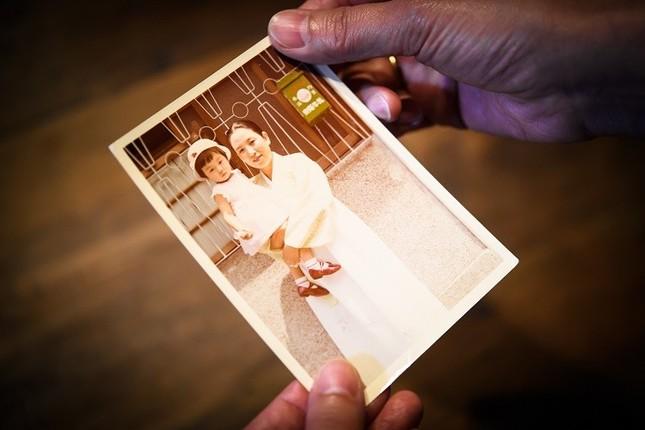 チマ・チョゴリを着たオモニ(母)と幼い頃のヤン ヨンヒさん。「スープとイデオロギー」が完成すれば、家族三部作が完結する