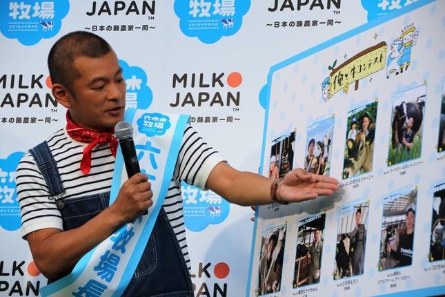 「俺と牛コンテスト」益子さんもお気に入りを選ぶ(2019年6月撮影)