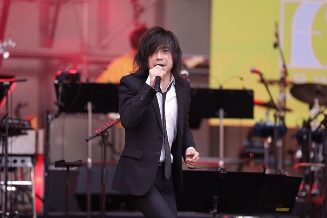 熱唱する宮本浩次さん