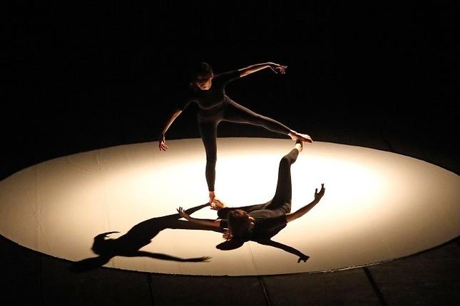 2018年10月に開かれた『踊る。秋田』の「Asia Festival Exchange」に韓国からダンサーを招聘した。カリムダダンスカンパニー代表、イ・ジヒさんの作品『Shadow Me』(撮影 小阪満夫)
