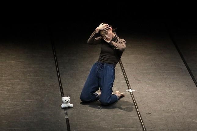 イ・ギョングさんの作品『A broom stuck in a corner』。横浜ダンスコレクションで審査員賞を受賞した作品(撮影 小阪満夫)