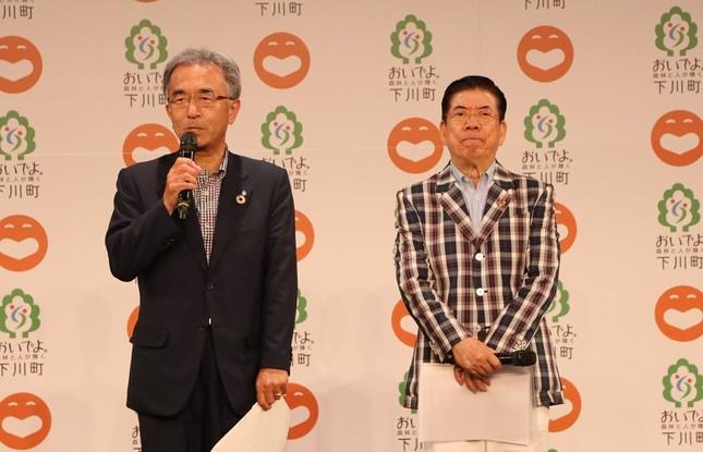 取り組みへの期待を語る下川町の谷一之町長(左)と西川きよしさん