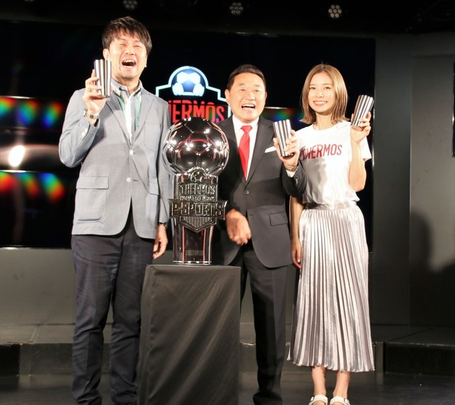 「真空断熱タンブラー」を片手に笑顔の登壇者。左から土田さん、松木さん、朝日さん