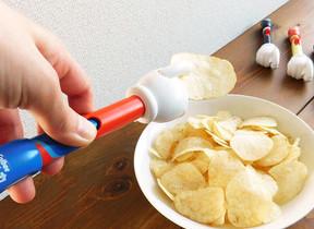 手を汚さずに食べられる「スマートポテトチップス」