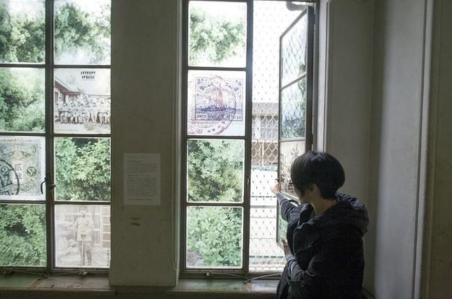 展示会場の窓に、日本人が住んでいたことを示すウバメガシ、大田に住んできた人が日本に送った当時の郵便物や消印をコラージュした(写真 渡辺誠)