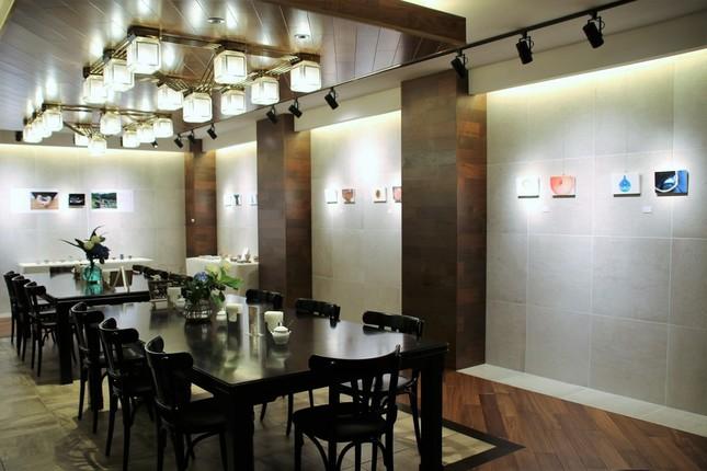 カフェの壁面をアート作品全般の展示スペースとして貸出(1)