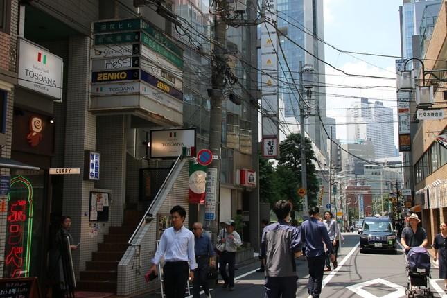 新店舗(左)はJR代々木駅近くの商店街に立地