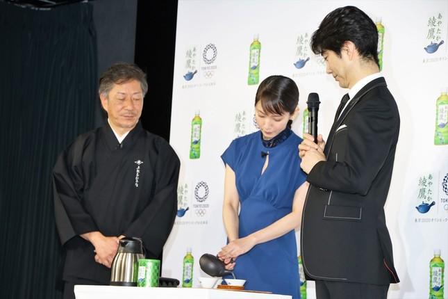 上林春松本店代表の上林秀敏さんの指導の下お茶をいれる吉岡さん