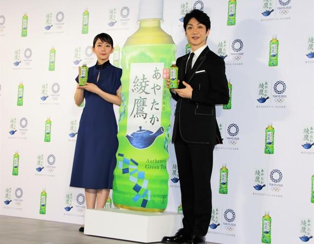 五輪デザインの綾鷹ボトルを手に持って