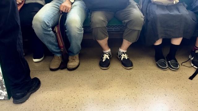電車の席が空くと自分がサッと座ってしまう彼、嫌?気にしない?