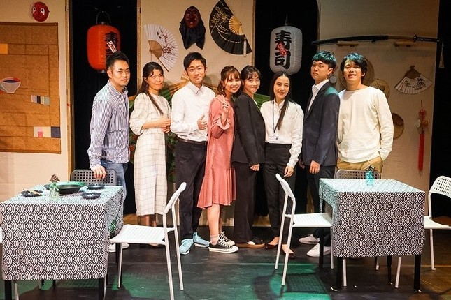 『ナ チャレッチ?』に出演した俳優たち。日本人4名、韓国人4名。3週間の合同稽古で、作品を練り上げた(写真 HANARO project)