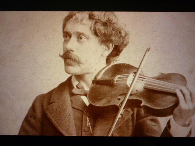 ヴァイオリンを構えるサラサーテ。人気演奏家だったため、写真が残っている