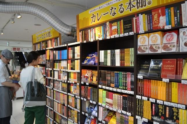 500種類のカレーが並ぶ「本棚」。最近は背表紙にも拘る商品が増えてきたという