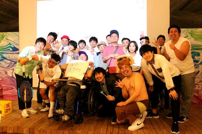 イベントに参加した障害を持つアーティストと、よしもと芸人