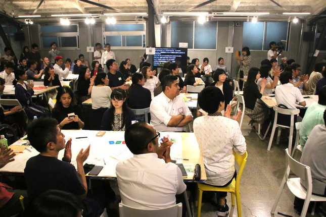 約100名が集まった「よしもと芸人とアソブ 未来言語で new GAME in 100BANCH ナナナナ祭」