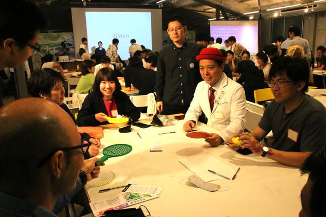 ゲームを考える参加者と芸人のキャプテン★ザコさん