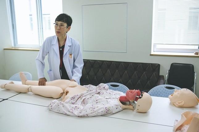 これからの災害に備え、遺体のファントム(模型)を使って歯科所見の訓練を行う。(写真 渡辺誠)