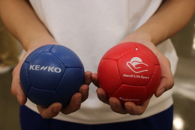 赤と青、各6球ずつのボールを使用する
