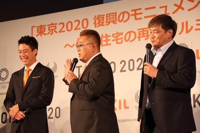錦織選手(左)とサンドウィッチマン伊達さん(中央)と富澤さん(右)