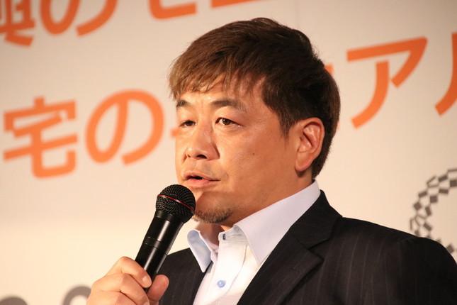 仮設住宅について語る富澤さん
