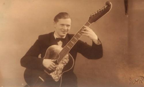若きヴァヴィロフのギターを構える写真